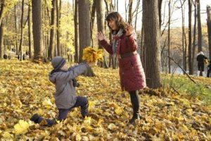 un enfant donne des feuilles à sa maman en pleine forêt