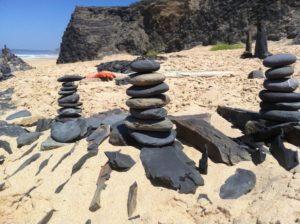 Pyramide de cailloux sur le sable qui constitue une activité pour les enfants