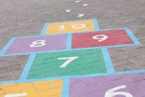 un jeu de marelle au sol dans une cours