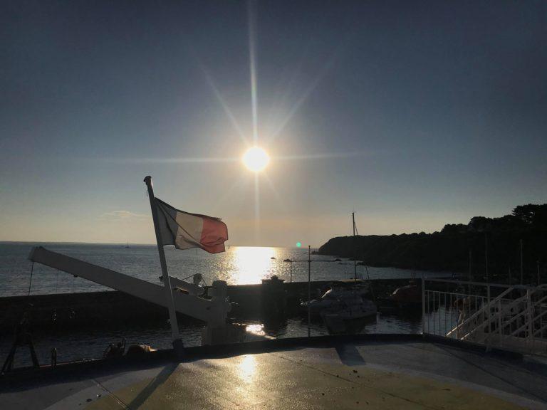 levé du soleil sur le bateau lors de la traversée entre Lorient et Groix